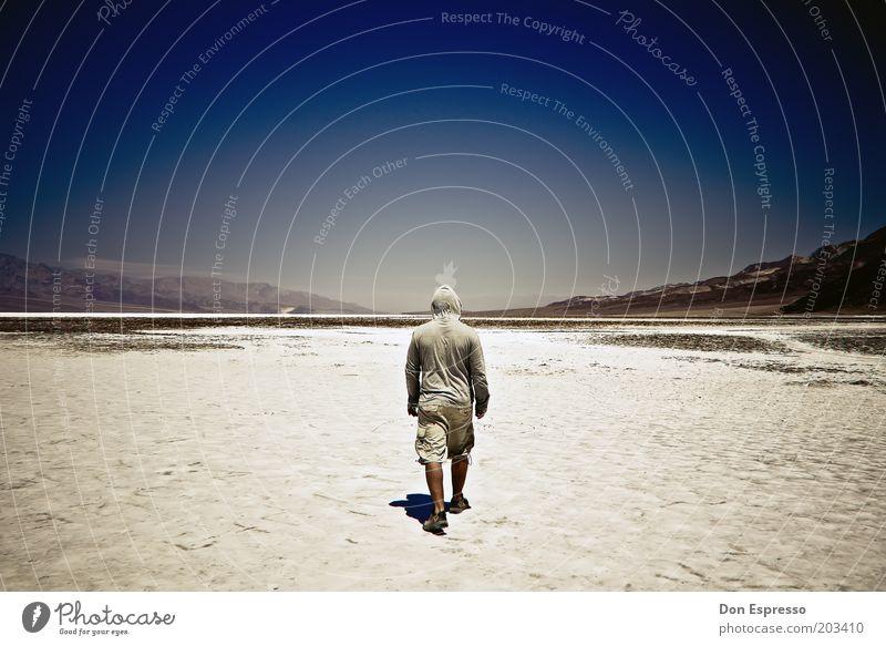 Badwater Mensch Mann Himmel blau Einsamkeit Freiheit Wärme Landschaft wandern gehen maskulin Rücken Abenteuer trist bedrohlich Wüste
