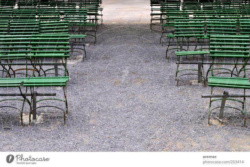 Public Viewing ruhig Sommer Stuhl Veranstaltung Park grau grün Stuhlreihe Bestuhlung leer Farbfoto Gedeckte Farben Außenaufnahme Textfreiraum Mitte Morgen Tag