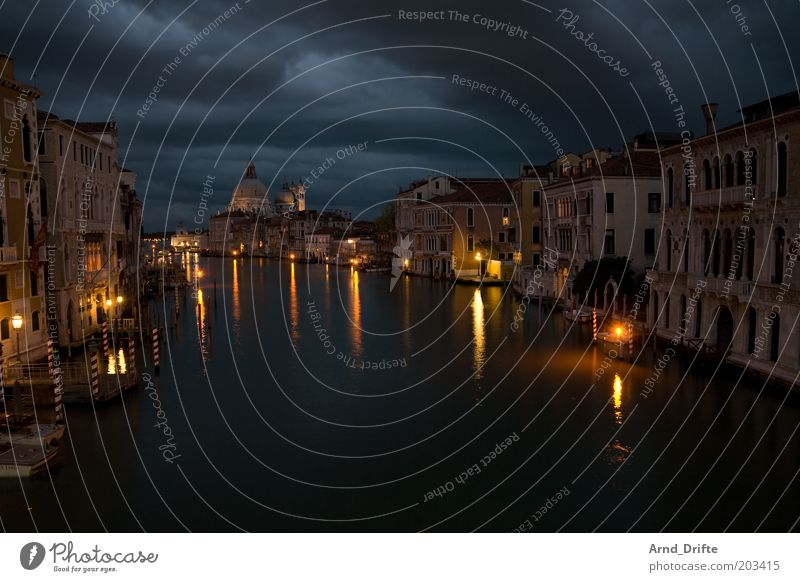 venedig bei nacht schön Stadt Gebäude Wasserfahrzeug Stimmung Architektur Wetter Ausflug Fluss Vergänglichkeit Bauwerk historisch Straßenbeleuchtung Fernweh