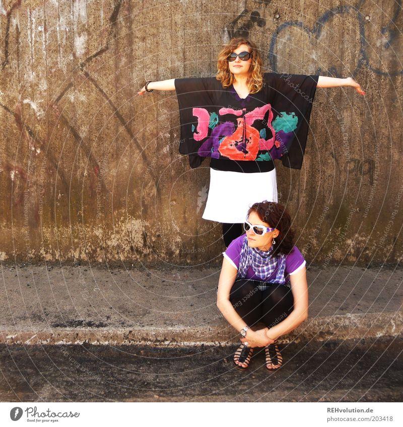 """""""Hey, Schwester!"""" Mensch feminin Junge Frau Jugendliche Geschwister 2 18-30 Jahre Erwachsene sitzen stehen Wand Betonwand Sommer Sonnenbrille Rock Arme"""