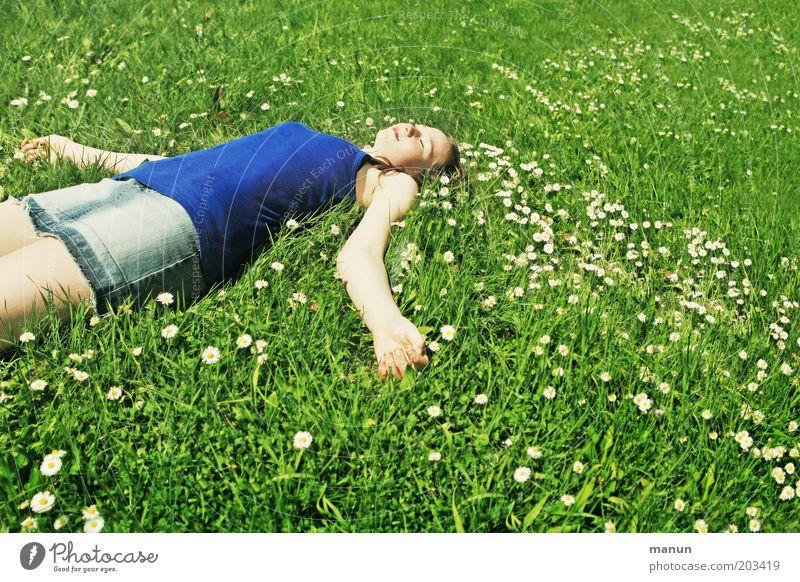 lazy girl Natur Jugendliche blau Sommer Freude Ferien & Urlaub & Reisen ruhig Leben Erholung Wiese Gras Frühling Glück Zufriedenheit Gesundheit Lifestyle