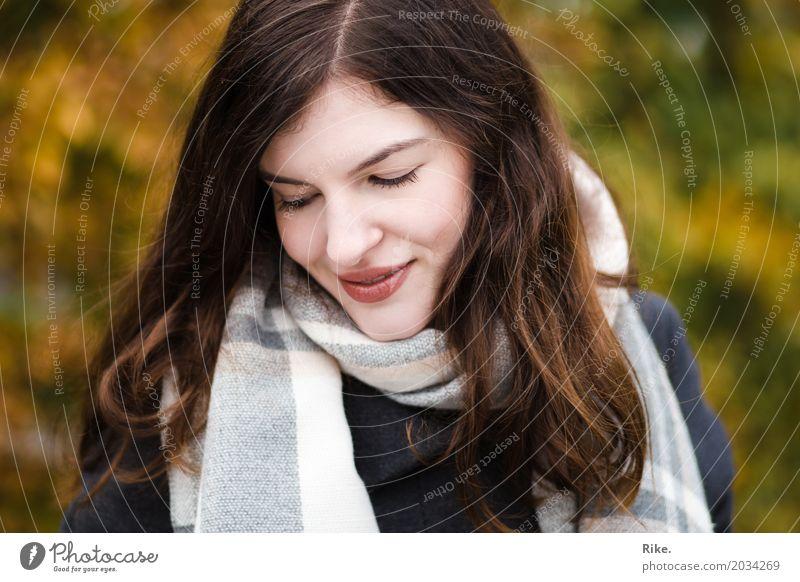 Zurück in den Herbst. Gesundheit Mensch feminin Junge Frau Jugendliche Erwachsene Gesicht 1 18-30 Jahre Winter Schal Lächeln träumen schön natürlich Wärme