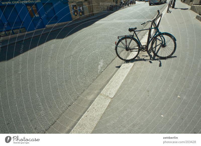 Geradeauskucken für steffne Fahrrad Straße Fahrbahn Bordsteinkante Linie Asphalt Licht Schatten parken Abstellplatz blau Ladengeschäft Menschenleer Bürgersteig