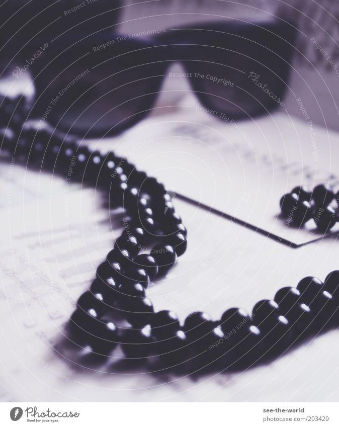 black pearls weiß schwarz liegen Lifestyle rund violett Reichtum Sonnenbrille Perle Halskette Schmuck Brille Perlenkette