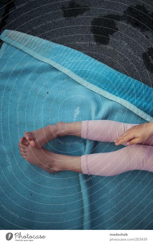 pink flamingo Kind Mädchen Beine Fuß 1 Mensch 3-8 Jahre Kindheit ästhetisch Ferien & Urlaub & Reisen Freizeit & Hobby trashig rosa Leggings Decke Boden Farbfoto
