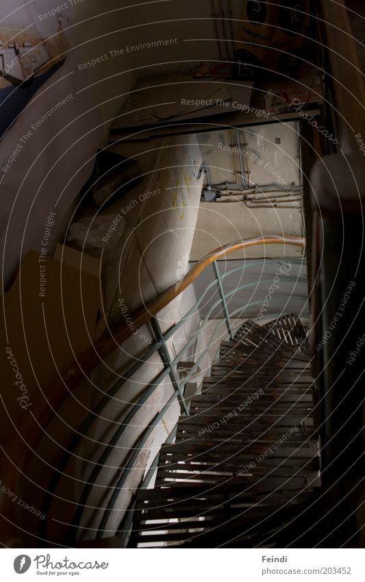 Out of the dark Bauwerk Gebäude Architektur Treppe Beton Metall Innenaufnahme Menschenleer Kunstlicht Licht Schatten Kontrast Low Key Starke Tiefenschärfe