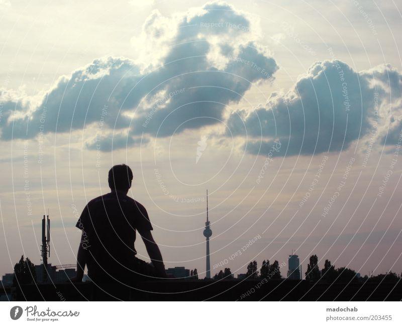 SOMMER FREI maskulin Junger Mann Jugendliche Leben Berlin Skyline Sehenswürdigkeit Wahrzeichen Berliner Fernsehturm Gefühle Stimmung ruhig Sehnsucht Heimweh