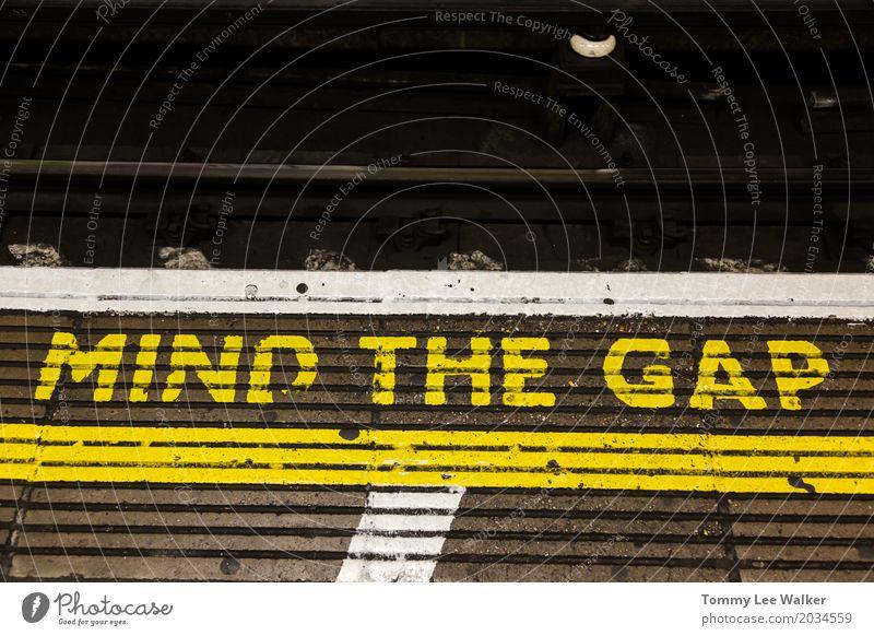 Beachten Sie das Abstandswarnzeichen Ferien & Urlaub & Reisen Farbe weiß Ferne schwarz gelb Traurigkeit grau Linie Verkehr Angst gefährlich Eisenbahn planen