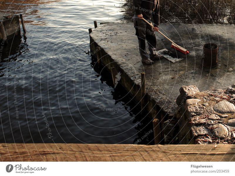 Feuerstelle säubern Reinigen Kehren See Anlegestelle Wasser Arbeit & Erwerbstätigkeit aufräumen Fass Farbfoto Außenaufnahme Besen beseitigen