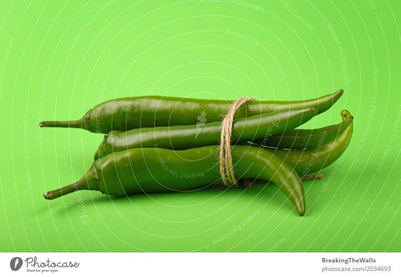 Bündel Pfeffer des frischen Jalapeno scharfen Paprikas über Grün Lebensmittel Gemüse Kräuter & Gewürze Bioprodukte Vegetarische Ernährung Papier Schnur
