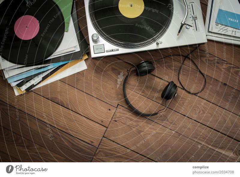 Platten hören Freude Lifestyle Innenarchitektur Party Feste & Feiern Wohnung Freizeit & Hobby Häusliches Leben retro Musik Tanzen trendy Veranstaltung