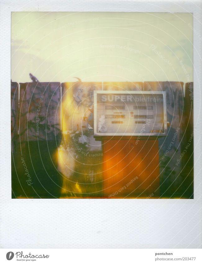 Polaroid zeigt alte Zapfsäule super bleifrei. Außer betrieb. Tanken . Verlassen, entsorgt Energiewirtschaft Tankstelle Benzin Rohstoffe & Kraftstoffe
