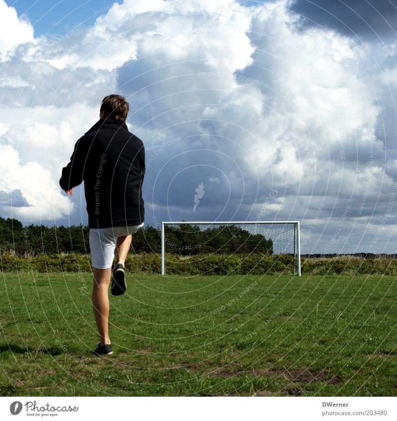 Aufwärmtraining Himmel Natur Jugendliche Sommer Erwachsene Wiese Sport Spielen Freizeit & Hobby Fußball maskulin Junger Mann 18-30 Jahre Schönes Wetter Fitness Tor