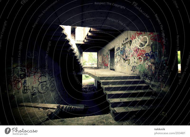 Stairway to Heaven Stadt Haus schwarz dunkel Graffiti braun dreckig Architektur Treppe ästhetisch trist bedrohlich einzigartig trashig Ruine