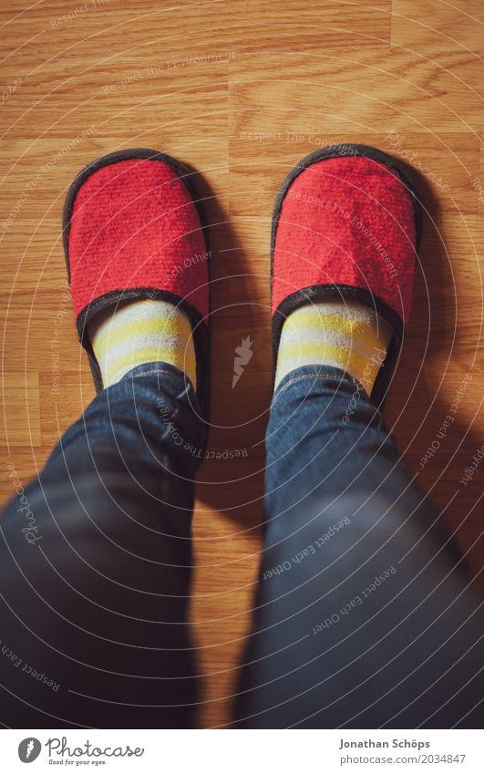 Eine Betrachtung roter Filzschlappen VII Beine Jeanshose Boden CMYK Detailaufnahme Bodenbelag Fuß Farbton Gast Hausschuhe Laminat Schlappen Schuhe Strümpfe blau