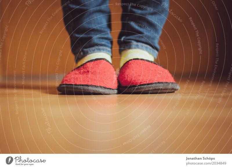 Eine Betrachtung roter Filzschlappen VI Beine Jeanshose Boden CMYK Detailaufnahme Bodenbelag Fuß Farbton Gast Hausschuhe Laminat Schlappen Schuhe Strümpfe blau