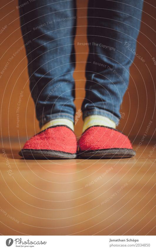 Eine Betrachtung roter Filzschlappen V Beine Jeanshose Boden CMYK Detailaufnahme Bodenbelag Fuß Farbton Gast Hausschuhe Laminat Schlappen Schuhe Strümpfe blau