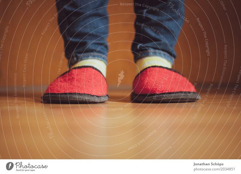 Eine Betrachtung roter Filzschlappen IV Beine Jeanshose Boden Bodenbelag CMYK Detailaufnahme Fuß Farbton Gast Hausschuhe Jeansstoff Laminat Schlappen Schuhe