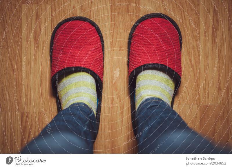 Eine Betrachtung roter Filzschlappen III Beine Jeanshose Boden Bodenbelag CMYK Detailaufnahme Fuß Farbton Gast Hausschuhe Laminat Schlappen Schuhe Strümpfe blau
