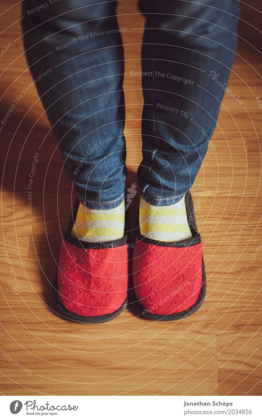 Eine Betrachtung roter Filzschlappen II Beine Jeanshose Boden Bodenbelag CMYK Detailaufnahme Fuß Farbton Gast Hausschuhe Laminat Schlappen Schuhe Strümpfe blau
