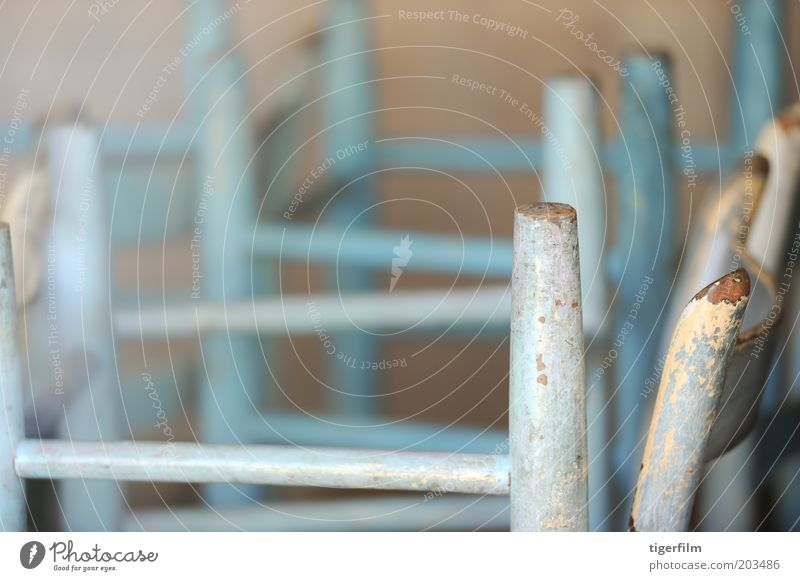 alt blau Holz geschlossen Stuhl Ende Restaurant Café Möbel Stapel schließen abblättern Farben und Lacke zuhalten angeblättert umklappen