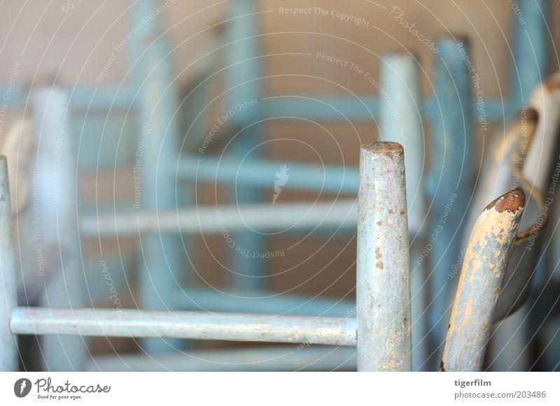 für die Nacht geschlossen blau Farben und Lacke abblättern angeblättert Stuhl Stapel positive Seite nach unten Bein Ende Restaurant fertig Abschluss schließen