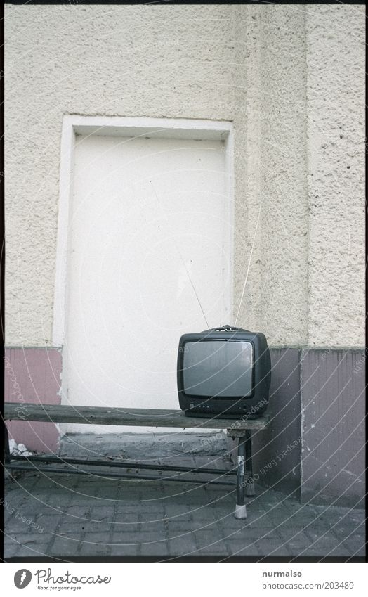 ich glotz TV Wand Umwelt Mauer Horizont Fassade Lifestyle Bank Fernseher Fernsehen Medien Bürgersteig Wohnzimmer Surrealismus innovativ Antenne Klischee