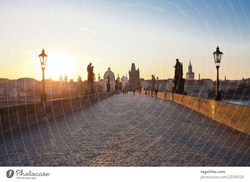 KARLSBRÜCKE - PRAG Prag Karlsbrücke Sonnenaufgang Dämmerung blau Ferien & Urlaub & Reisen Reisefotografie Brücke Tschechien Nacht Stadt Europa Städtereise