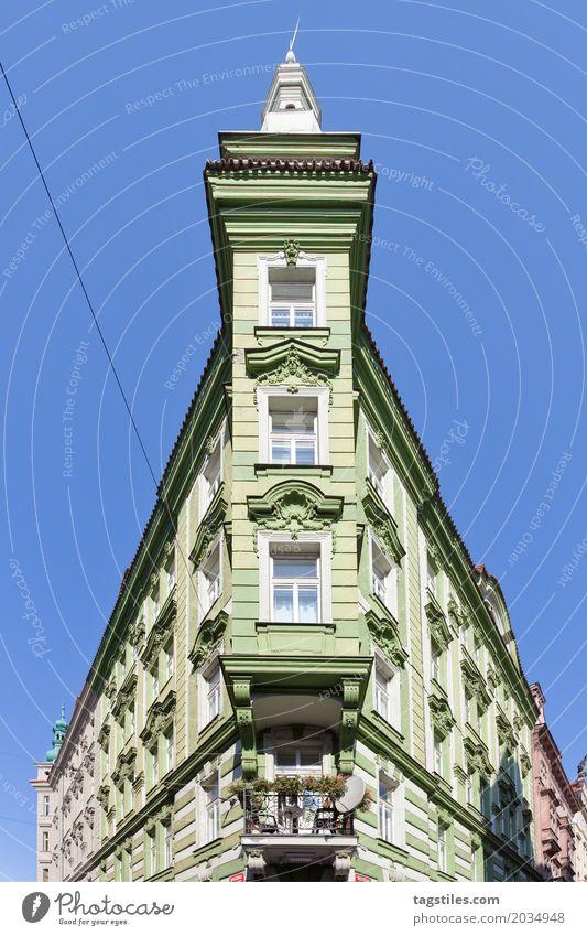 SPITZ ZULAUFENDES GEBÄUDE Ferien & Urlaub & Reisen grün Haus Reisefotografie Architektur Gebäude Spitze Postkarte Altbau Prag Domizil Fluchtpunkt Tschechien
