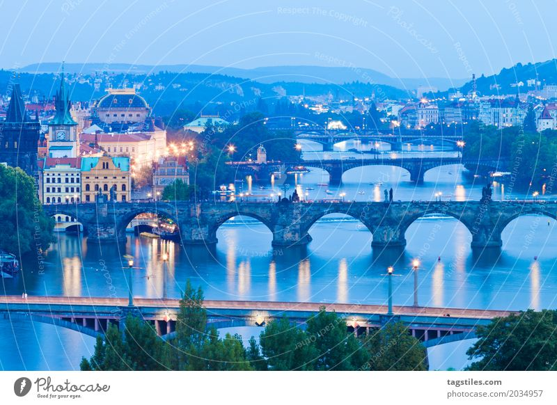 PRAG - MOLDAU Prag Moldau Dämmerung blau Ferien & Urlaub & Reisen Reisefotografie Karlsbrücke Brücke Tschechien Nacht Beleuchtung Stadt Europa Fluss Wasser