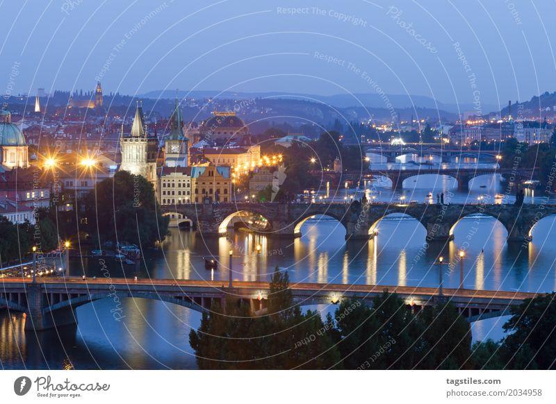 PRAG BEI NACHT Prag Moldau Dämmerung blau Ferien & Urlaub & Reisen Reisefotografie Karlsbrücke Brücke Tschechien Nacht Beleuchtung Stadt Europa Fluss Wasser