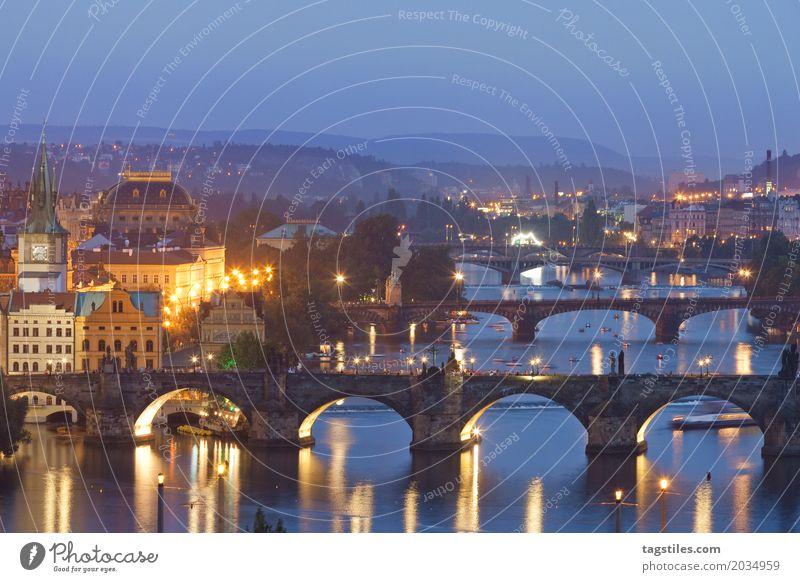 MOLDAU IN PRAG Prag Moldau Dämmerung blau Ferien & Urlaub & Reisen Reisefotografie Karlsbrücke Brücke Tschechien Nacht Beleuchtung Stadt Europa Fluss Wasser