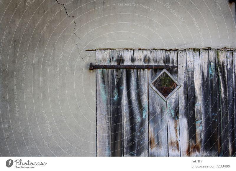teunenschor alt ruhig Wand Fenster Holz grau Tür geschlossen geheimnisvoll Tor Vergangenheit Holzbrett Riss Eisen Scheune stagnierend