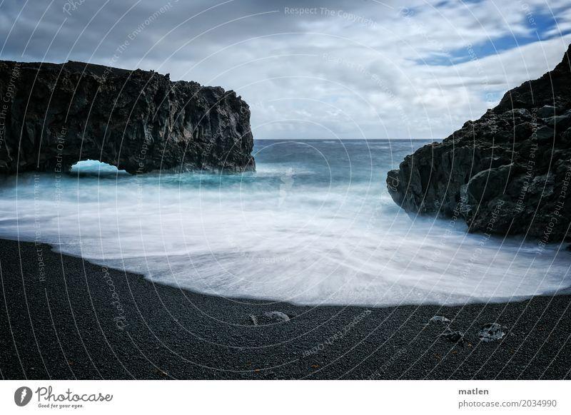 die schwarze Bucht Natur Landschaft Sand Luft Wasser Himmel Wolken Horizont Winter Schönes Wetter Sturm Felsen Wellen Küste Strand Meer dunkel wild blau weiß