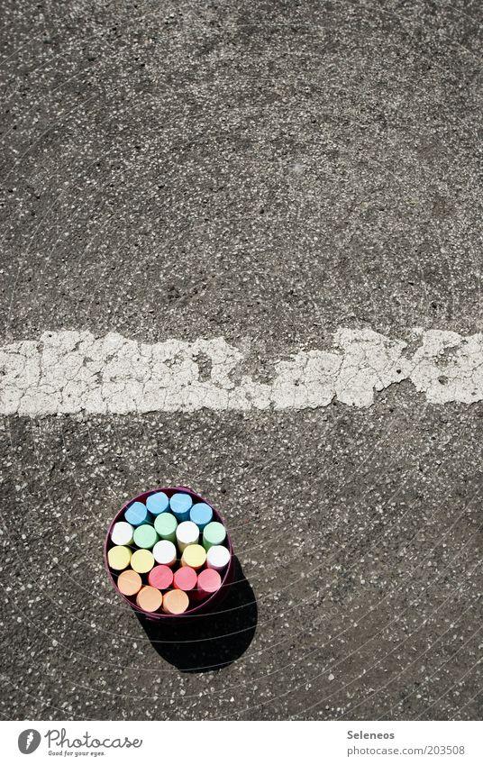 Kreidezeit Freizeit & Hobby Spielen Eimer Strassenmalerei Straße Wege & Pfade Farbfoto Außenaufnahme Menschenleer Textfreiraum oben Tag Schatten Kindheit malen