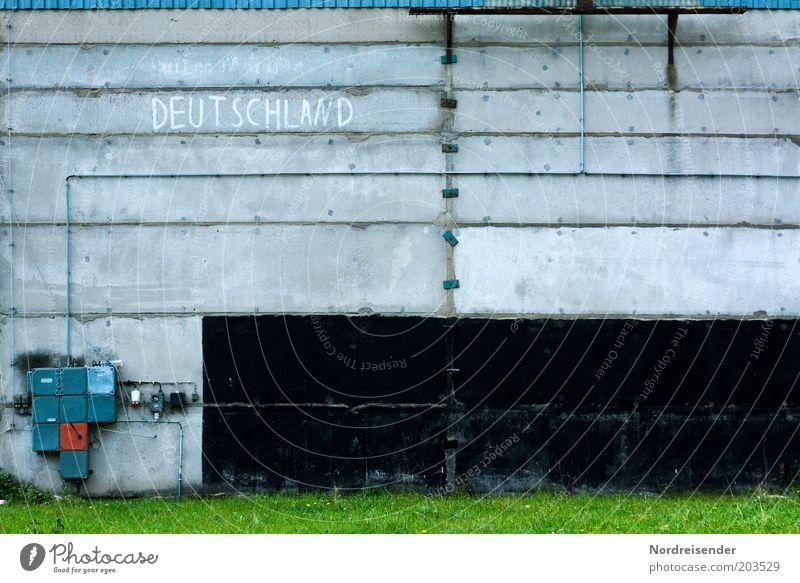 Schau`n mer mal.... alt Wand Gras Mauer Gebäude Deutschland Beton Energie Fassade Energiewirtschaft Elektrizität Kabel Schriftzeichen Wandel & Veränderung