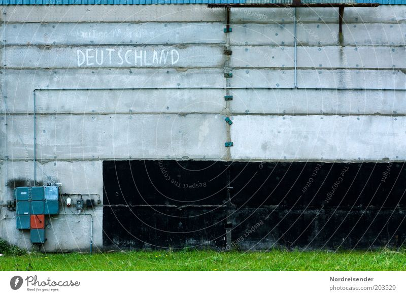 Schau`n mer mal.... Baustelle Energiewirtschaft Gras Gebäude Mauer Wand Fassade Beton Schriftzeichen alt Zukunftsangst Misstrauen Frustration Identität Krise