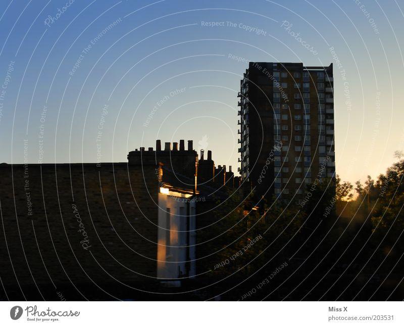 irgendwo zwischen Tottenham Hale und Hackney Downs alt Himmel blau Stadt Haus Hochhaus London Hauptstadt Stadtrand Sonnenlicht