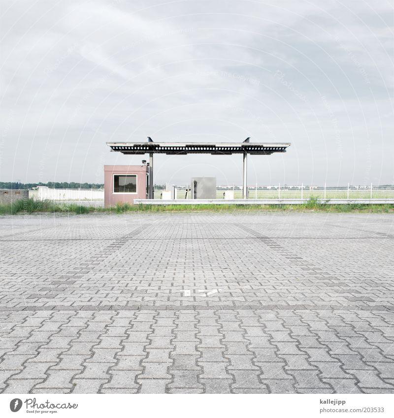 BP Himmel Einsamkeit Berlin Energiewirtschaft Platz leer Boden Ende Hütte Verfall Flughafen Wirtschaft Ruine Ruhestand Parkplatz Pflastersteine