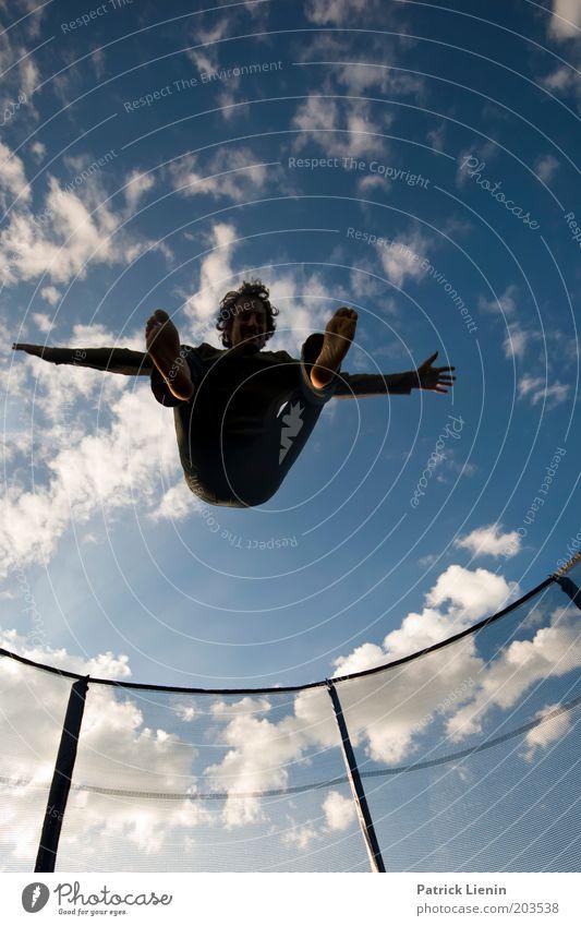 Jump around Mensch maskulin Mann Erwachsene Leben 1 18-30 Jahre Jugendliche springen hüpfen Trampolin Aktion Zaun hoch blau lachen ausgestreckt Spannung