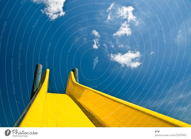 gleitzeit Rutsche Spielplatz Himmel Wolken Sommer Schönes Wetter blau gelb Kindheit Kindergarten Park abwärts aufwärts mehrfarbig Menschenleer Tag Sonnenlicht