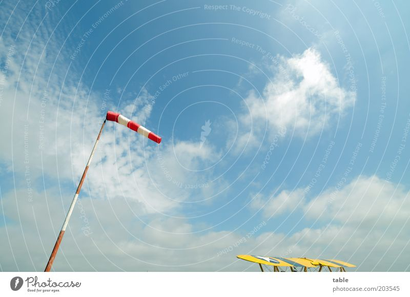 Freiheit Himmel Natur weiß blau rot Wolken Ferne gelb Umwelt Wetter Wind warten Flugzeug Luftverkehr stehen