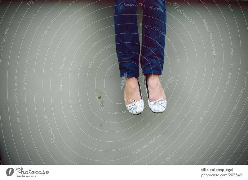ganz schön abgehoben ruhig feminin Junge Frau Jugendliche Beine Fuß 1 Mensch Mauer Wand Jeanshose blau grau Gelassenheit geduldig Einsamkeit springen