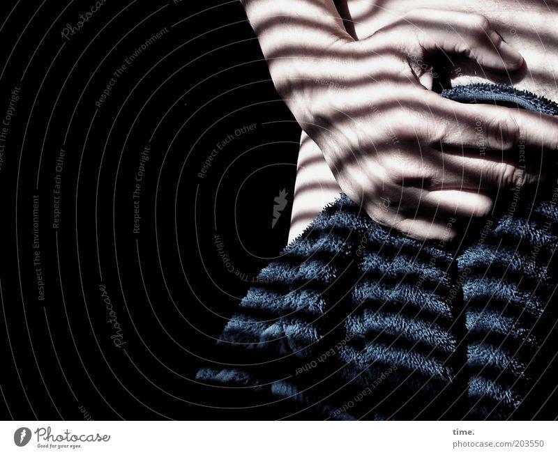 summer time. Haut Sommer maskulin Mann Erwachsene Hand Streifen blau Handtuch parallel Frottée Jalousie Gefäße duschen Innenaufnahme Textfreiraum links Licht