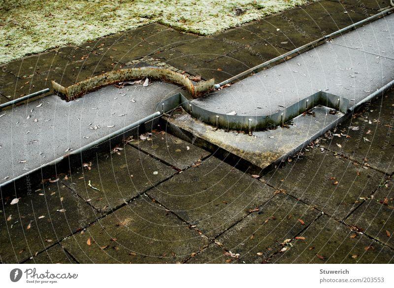 Frostige Enge Minigolf Sportstätten Stein Beton ästhetisch Farbfoto Außenaufnahme Menschenleer Tag Totale verrotten Herbst Blatt alt Bahn geschlossen