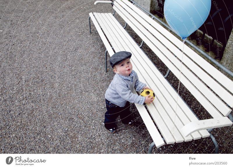 anpfiff Freizeit & Hobby Spielen Ball Mensch maskulin Kind Kleinkind Junge Kindheit 1 1-3 Jahre Blick stehen frech Fröhlichkeit Luftballon Bank Kies Mütze