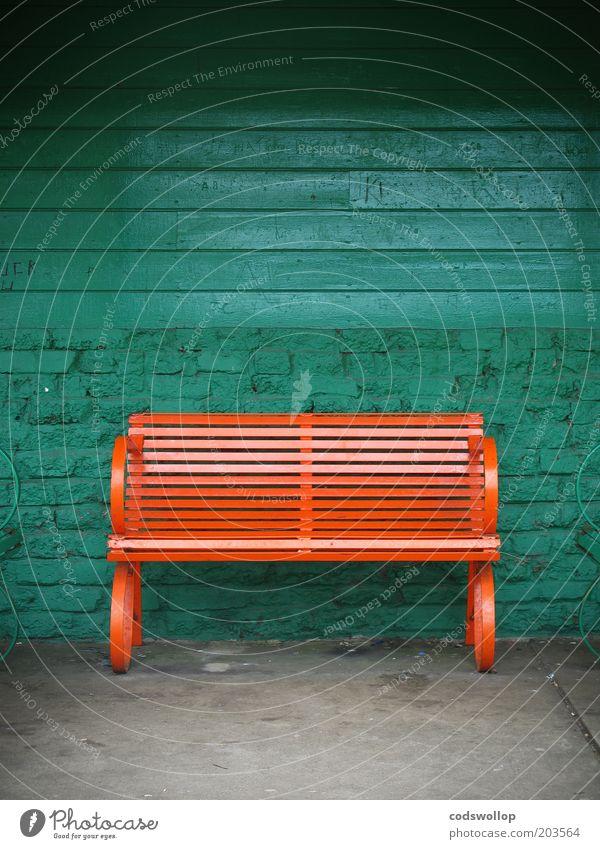 zweisitzer grün Wand Mauer orange ästhetisch Bank Bushaltestelle
