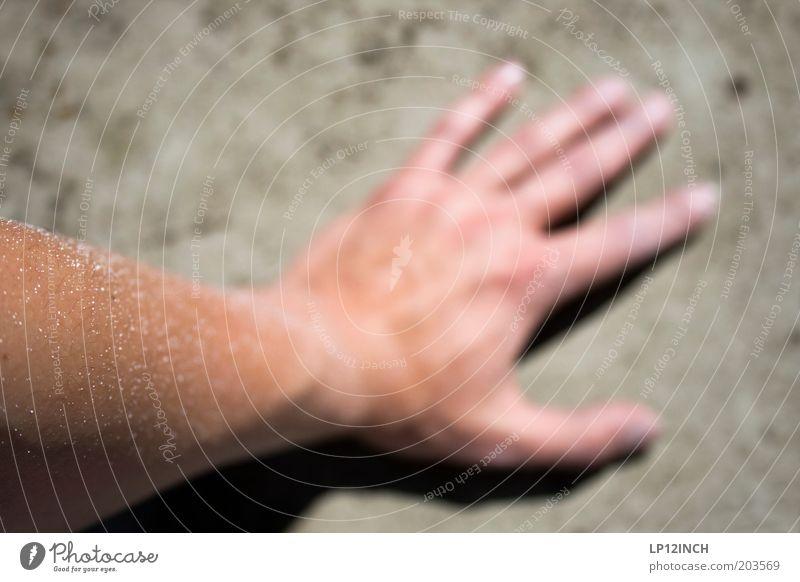 Meine linke Malerhand Mensch Hand weiß Farbstoff Arme Haut maskulin Finger streichen Renovieren Anstreicher Beruf Betonwand