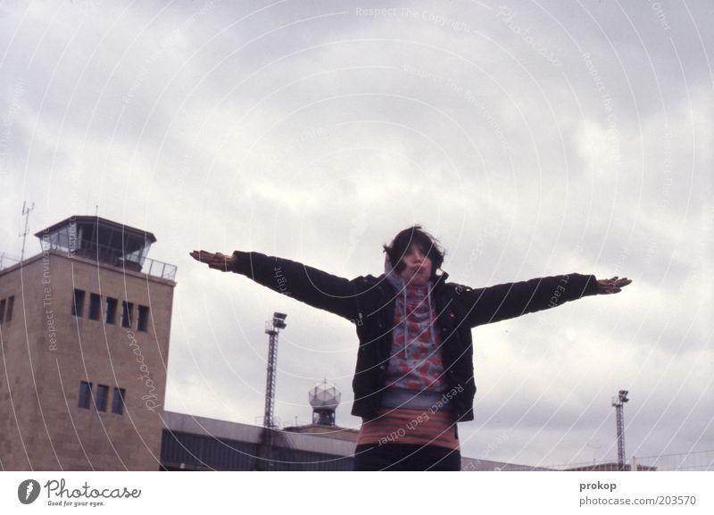 Landeanflug mit Querwinden Mensch Frau Himmel Jugendliche schön Wolken Junge Frau Erwachsene träumen fliegen Arme verrückt Turm Lebensfreude Ziel Bauwerk