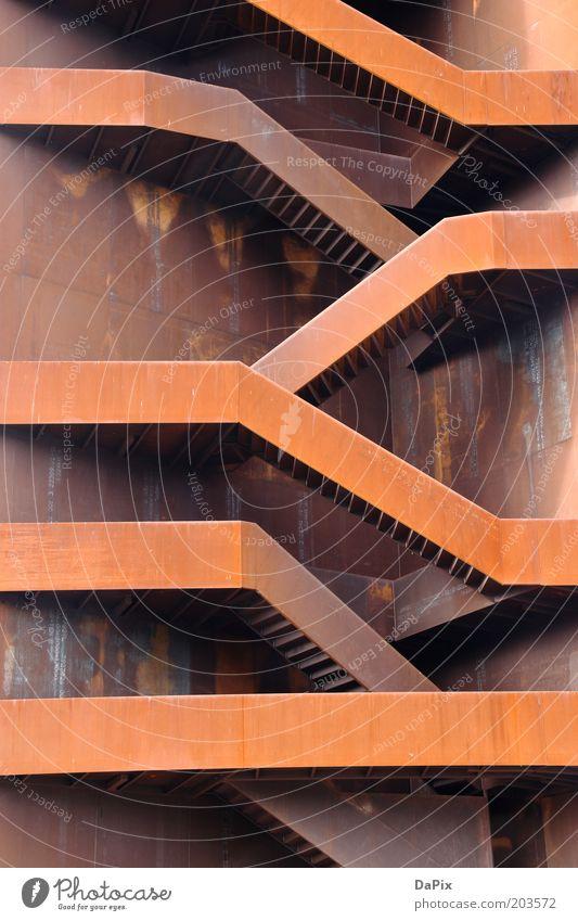 Rostiger Nagel Turm Treppenturm Metall Zeichen Zickzack hoch fest braun rot Design Farbfoto Außenaufnahme Detailaufnahme Tag Stahlkonstruktion Bauwerk